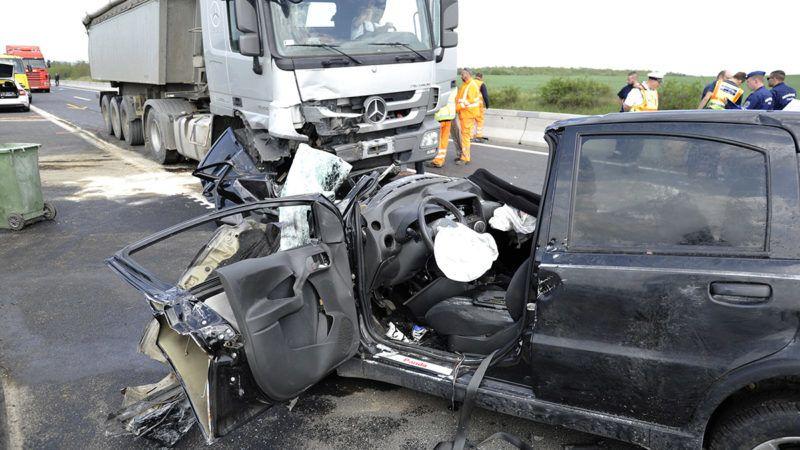 Dunakeszi, 2019. május 2.Összeroncsolódott személyautó és kamion az M2-es autóúton, Dunakeszi térségében 2019. május 2-án. A két jármű frontálisan ütközött az autóút 26-os kilométerénél, a balesetben az autó egyik utasa meghalt.MTI/Mihádák Zoltán