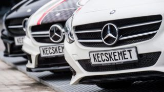 Kecskemét, 2016. május 24. Kecskeméten készült Mercedes kompakt személyautók a Mercedes-Benz gyárában 2016. május 24-én. A gyár több mint 180 ezer legyártott jármûvel húsz százalékos növekedést ért el 2015-ben. MTI Fotó: Ujvári Sándor