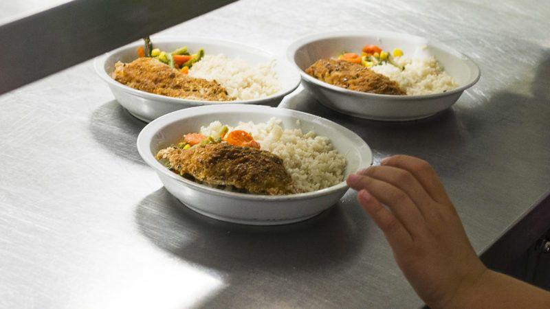 Nyíregyháza, 2014. május 10.Hajdinás rántott halat és párolt zöldséget kapnak ebédre a diákok a nyíregyházi Görögkatolikus Általános Iskola ebédlőjében 2014. május 9-én. Megjelent a szeptember elsejétől hatályos közétkeztetésről szóló rendelet, amely részletesen szabályozza a többek között az iskolai menzákon, kórházakban adandó ételek elkészítését és tápanyagtartalmát. Tilos lesz többek között a szénsavas, vagy cukrozott üdítő, a magas zsírtartalmú húskészítmény, s rögzítették azt is, hogy nem tehetnek az asztalra só- és cukortartót. Előírták továbbá, hogy a közétkeztetésben fokozatosan csökkenteni kell a napi bevitt só mennyiségét.MTI Fotó: Balázs Attila