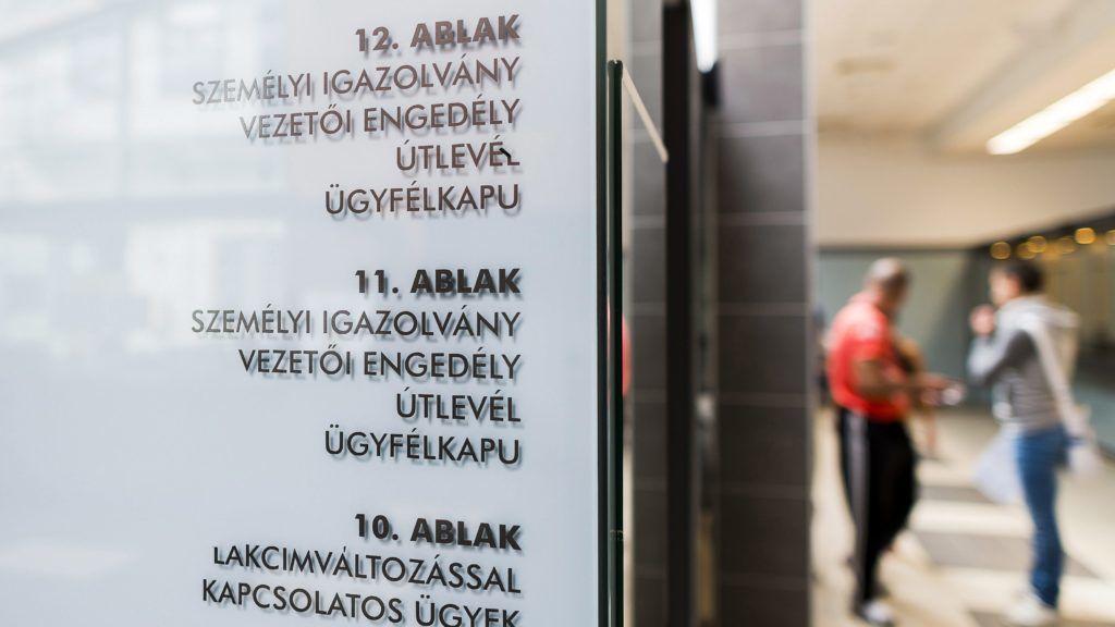 Nyíregyháza, 2014. május 13. Ügyfélfogadás a nyíregyházi városházán, az okmányirodában 2014. május 13-án. MTI Fotó: Balázs Attila