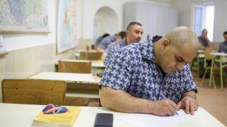 Balassagyarmat, 2017. május 9. A fogvatartottak adatlapot töltenek ki a matematika írásbeli érettségi vizsga elõtt a Balassagyarmati Fegyház és Börtönben 2017. május 9-én. MTI Fotó: Komka Péter