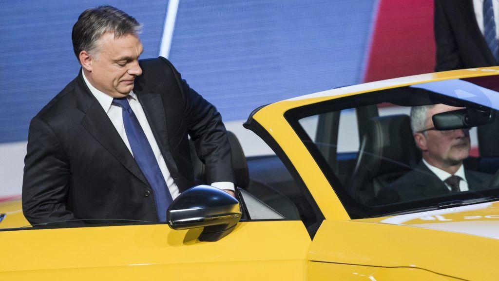 Gyõr, 2014. november 5. Orbán Viktor miniszterelnök (b) és Rupert Stadler, az Audi AG. igazgatótanácsának elnöke (j) az Audi TT Roadster gyártásindítási ünnepségén Gyõrben 2014. november 5-én. MTI Fotó: Koszticsák Szilárd