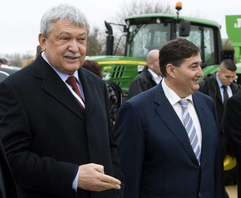 Alcsútdoboz, 2014. november 18.Orbán Viktor miniszterelnök, Csányi Sándor, az OTP Bank elnök-vezérigazgatója, Mészáros Lőrinc (Fidesz-KDNP) felcsúti polgármester, Fazekas Sándor földművelésügyi miniszter és Mészáros Beatrix, a Búzakalász 66 Felcsút Kft. ügyvezető igazgatója (b-j) a kft. bányavölgyi mangalicatelepének avatásán a Fejér megyei Alcsútdobozon 2014. november 18-án.MTI Fotó: Koszticsák Szilárd