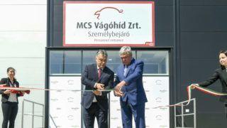 Mohács, 2017. április 25.Orbán Viktor miniszterelnök (b) és Csányi Sándor, az OTP Bank elnök-vezérigazgatója, a Bonafarm csoport tulajdonosa átadja az MCS Vágóhíd Zrt. mohácsi üzemét 2017. április 25-én. A vágóhíd a Bonafarm Csoport stratégiai partnere, egyben a csoporthoz tartozó Pick Szeged Zrt. alapanyag-beszállítója.MTI Fotó: Koszticsák Szilárd