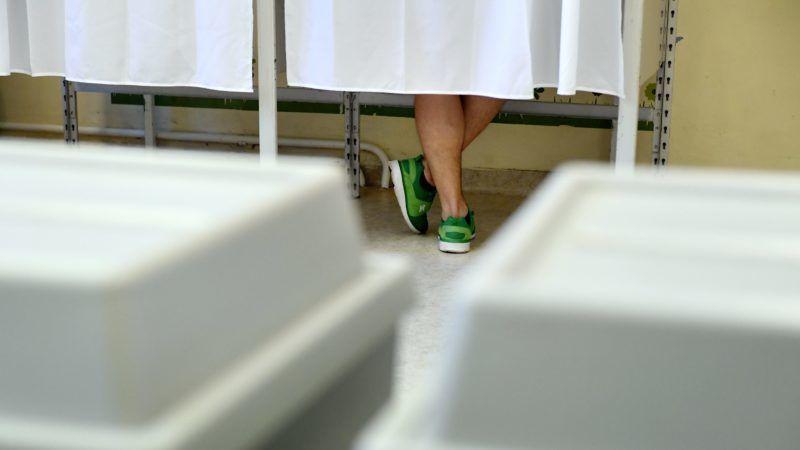 Budapest, 2018. április 8. Szavazó a Zugligeti Általános Iskolában az országgyûlési képviselõ-választáson 2018. április 8-án. MTI Fotó: Koszticsák Szilárd
