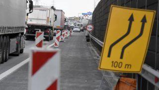 Dunaharaszti, 2018. szeptember 14. Torlódás az M0-ás autóút déli szakaszának felújítási munkálatai miatt Dunaharasztinál 2018. szeptember 14-én. Új forgalmi rend lép életbe az M0-ás autóút déli szakaszának felújításánál, hogy csökkentsék a torlódásokat. A Hárosi Duna-hídon a munkaterület mellett az M1-es autópálya irányába az eddigi kettő helyett három forgalmi sáv, míg a Soroksári Duna-híd felé hosszabb gyorsítósávok segítik majd a közlekedőket. MTI Fotó: Koszticsák Szilárd