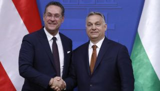 Budapest, 2019. május 6. Orbán Viktor miniszterelnök (j) és Heinz-Christian Strache osztrák alkancellár kezet fog tárgyalásuk után tartott sajtótájékoztatójukon a Karmelita kolostorban 2019. május 6-án. MTI/Koszticsák Szilárd
