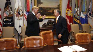 Washington, 2019. május 13. Donald Trump amerikai elnök (b) és vendége, Orbán Viktor miniszterelnök a washingtoni Fehér Ház Roosevelt-termében, ahol a magyar kormányfõ beírt a vendégkönyvbe 2019. május 13-án. MTI/Koszticsák Szilárd
