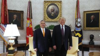 Washington, 2019. május 13. Donald Trump amerikai elnök (j) fogadja Orbán Viktor miniszterelnököt a washingtoni Fehér Házban 2019. május 13-án. MTI/Koszticsák Szilárd