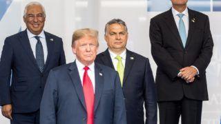 Brüsszel, 2018. július 11. A Miniszterelnöki Sajtóiroda által közzétett képen Donald Trump amerikai elnök (b2), Theresa May brit miniszterelnök (j2), Orbán Viktor magyar (b3), Antonio Costa portugál miniszterelnök (b), Klaus Iohannis román elnök (j3) és Katrin Jakobsdottir izlandi miniszterelnök a NATO kétnapos brüsszeli csúcsértekezletének elsõ napján, 2018. július 11-én. MTI Fotó: Miniszterelnöki Sajtóiroda / Botár Gergely