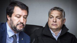 Röszke, 2019. május 2. A Miniszterelnöki Sajtóiroda által közreadott képen Orbán Viktor miniszterelnök (j) és Matteo Salvini olasz belügyminiszter, miniszterelnök-helyettes határszemlén Röszkénél 2019. május 2-án. MTI/Miniszterelnöki Sajtóiroda/Szecsõdi Balázs