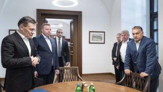 Budapest, 2019. május 12. A Miniszterelnöki Sajtóiroda által közreadott képen Orbán Viktor miniszterelnök (j) fogadja Alekszej Lihacsovot, a Roszatom vezérigazgatóját (b) a Karmelita kolostorban 2019. május 12-én. A kormányfő mellett Süli János, a Paksi Atomerőmű két új blokkjának tervezéséért, megépítéséért és üzembe helyezéséért felelős tárca nélküli miniszter (j2), Alekszej Lihacsov mellett első helyettese, Kirill Komarov (b2). MTI/Miniszterelnöki Sajtóiroda/Árvai Károly