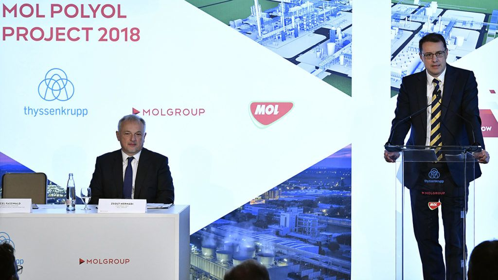 Budapest, 2018. szeptember 12.Marcel Fasswald, a ThyssenKrupp Industrial Solutions AG ügyvezető igazgatója beszédet mond Hernádi Zsolttal, a Mol-csoport elnök-vezérigazgatójával (b) az 1,2 milliárd euróból (390 milliárd forint) létrehozandó poliol üzem tervezési, beszerzési és kivitelezési feladataihoz kapcsolódó szerződések aláírásán a budapesti Four Seasons Hotelben 2018. szeptember 12-én. A beruházás 200 munkahelyet teremt majd a Borsod-megyei Tiszaújvárosban, a Mol-csoport magyarországi petrolkémiai központjában.MTI Fotó: Máthé Zoltán