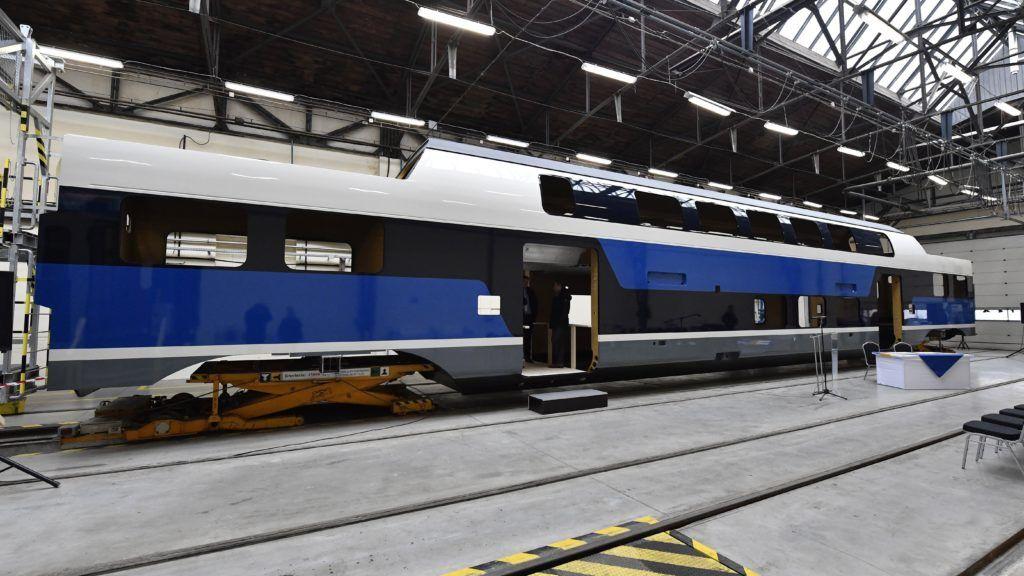 Dunakeszi, 2018. december 17. A nagy kapacitású, emeletes motorvonat készülõ kocsiszekrénye a Dunakeszi Jármûjavító Kft. szerelõcsarnokában 2018. december 17-én. Újabb 8 darab, emeletes KISS (Komfortabler Innovativer Spurtstarker S-Bahn-Zug) motorvonat szállításáról írt alá szerzõdést ezen a napon a MÁV-Start Zrt. és a Stadler Bussnang AG. Az elsõ ütemben rendelt 11 motorvonat várhatóan 2019 végétõl szállítja az utasokat a váci és a ceglédi elõvárosi vasútvonalakon, a második ütemben gyártott 8 jármû pedig 2021 elejéig állhat forgalomba.  MTI/Máthé Zoltán