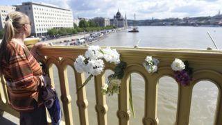 Budapest, 2019. május 31. Virágok a Margit hídon a hajóbalesetben elsüllyedt Hableány turistahajó közelében 2019. május 31-én. A Hableány turistahajó és a Viking Sigyn szállodahajó május 29-én éjszaka ütközött össze a Margit híd közelében, majd a turistahajó felborult és elsüllyedt fedélzetén 33 dél-koreai turistával és a kéttagú magyar személyzettel. A balesetben heten meghaltak, hét embert kimentettek, 21-en eltûntek. MTI/Bruzák Noémi