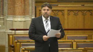 Budapest, 2015. november 5. Gelencsér Attila, a Fidesz képviselõje felszólal a közbeszerzésekrõl szóló törvény módosításának általános vitáján, az Országgyûlés plenáris ülésén 2015. november 5-én. MTI Fotó: Soós Lajos