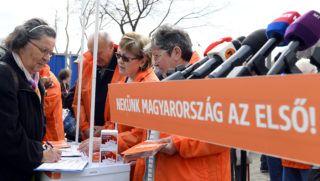 Budapest, 2019. április 6. Egy nõ aláírja az aláírásgyûjtõ ívet a Fidesz országos aláírásgyûjtõ akciójának kezdetén tartott sajtótájékoztató elõtt az újpesti piacnál felállított aláírásgyûjtõ standnál 2019. április 6-án. A Fidesz megkezdte országos aláírásgyûjtõ akcióját, amelyben arra kérik a magyar embereket, hogy aláírásukkal támogassák Orbán Viktor miniszterelnök hétpontos programját a bevándorlás megállítására, jelentette be Hidvéghi Balázs, a Fidesz kommunikációs igazgatója a sajtótájékoztatón. MTI/Soós Lajos