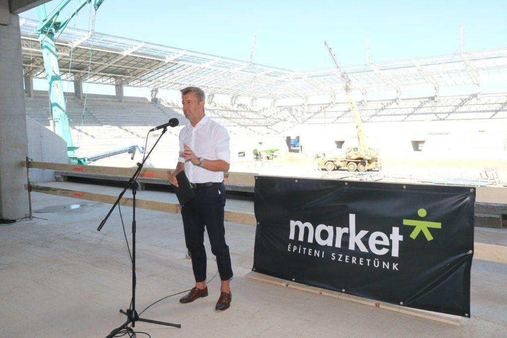 Miskolc, 2017. augusztus 14. Scheer Sándor, a kivitelezõ Market Építõ Zrt. vezérigazgatója beszédet mond a Diósgyõr labdarúgócsapatának stadionja bokrétaünnepén 2017. augusztus 14-én. Az építmény legmagasabb, 27 méteres reflektoroszlopának tetejére ezen napon tették fel a hagyományos bokrétát. A tervek szerint jövõ tavaszra befejezõdik a DVTK új, 13 milliárd forintba kerülõ stadionjának építése. MTI Fotó: Vajda János