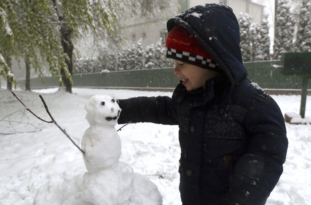 Bánkút, 2019. május 6. Hóembert épít egy kisfiú Bánkúton 2019. május 6-án. MTI/Vajda János