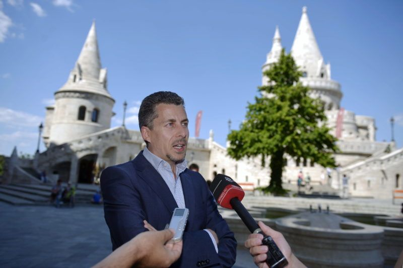 Budapest, 2013. július 2. Rákay Philip, az M1/M2 intendánsa sajtótájékoztatót tart a Halászbástya elõtt 2013. július 2-án. Magyarországgal kapcsolatos húszórás mûsorfolyammal készül szeptember utolsó hétvégéjére a közmédia, szeptember 28-án és 29-én a Magyarország, szeretlek! címû mûsor adja majd a vezérfonalat, de a hétvége alatt számos más, hazánkkal kapcsolatos kisfilmbejátszás is látható lesz az M1 csatornán. MTI Fotó: Beliczay László