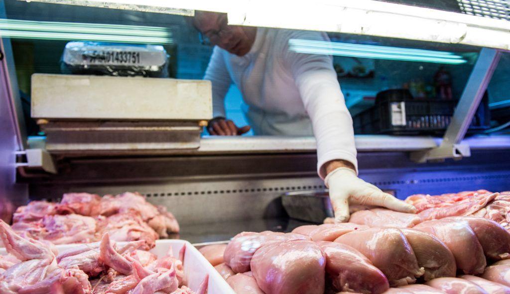 Budapest, 2017. január 2. Baromfihús Budapesten, a Fehérvári úti vásárcsarnokban 2017. január 2-án. A baromfihús és az étkezési tojás általános forgalmi adója (áfa) 27 százalékról, a friss tejé 18 százalékról 5 százalékra csökkent január 1-jén. MTI Fotó: Balogh Zoltán