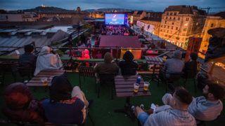 Budapest, 2018. május 17.Közönség a Budapest Rooftop Cinema tetőmozi idei, hatodik szezonjának hivatalos megnyitóján Budapesten, a Corvin Club tetőteraszán 2018. május 17-én.MTI Fotó: Balogh Zoltán