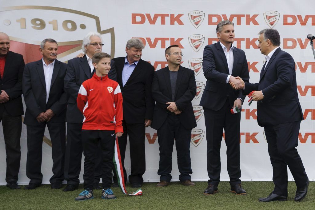 Miskolc, 2016. április 10. Orbán Viktor miniszterelnök (j) és Szabó Tamás ügyvezetõ (j2) kezet fog a DVTK labdarúgó-edzõközpontjának átadásán Miskolc Diósgyõr városrészében 2016. április 10-én. Mellettük Leisztinger Tamás, a DVTK többségi tulajdonosa (j3). MTI Fotó: Czeglédi Zsolt