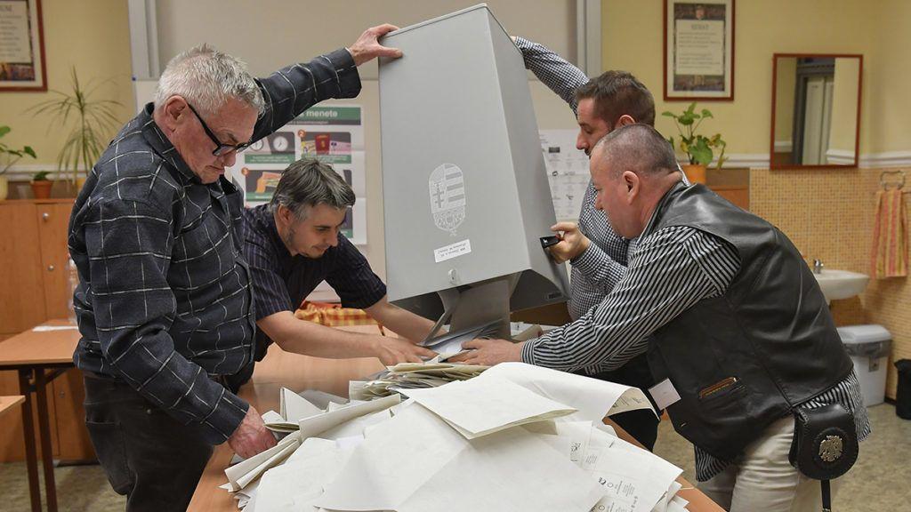 Debrecen, 2018. április 8.Urnabontás a debreceni Fazekas Mihály gimnáziumban kialakított szavazókörben az országgyűlési képviselő-választás napján, 2018. április 8-án.MTI Fotó: Czeglédi Zsolt