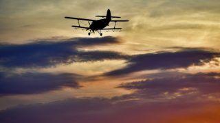 Kisköre, 2018. május 29. Kémiai szúnyogirtást végez egy An-2 típusú repülõgép a Tisza-tónál, Kiskörénél 2018. május 29-én. Az Országos Katasztrófavédelmi Fõigazgatóság az országos szúnyoggyérítési program hatodik hetében újabb 45 ezer hektáron folytatja a szúnyogirtást. MTI Fotó: Czeglédi Zsolt