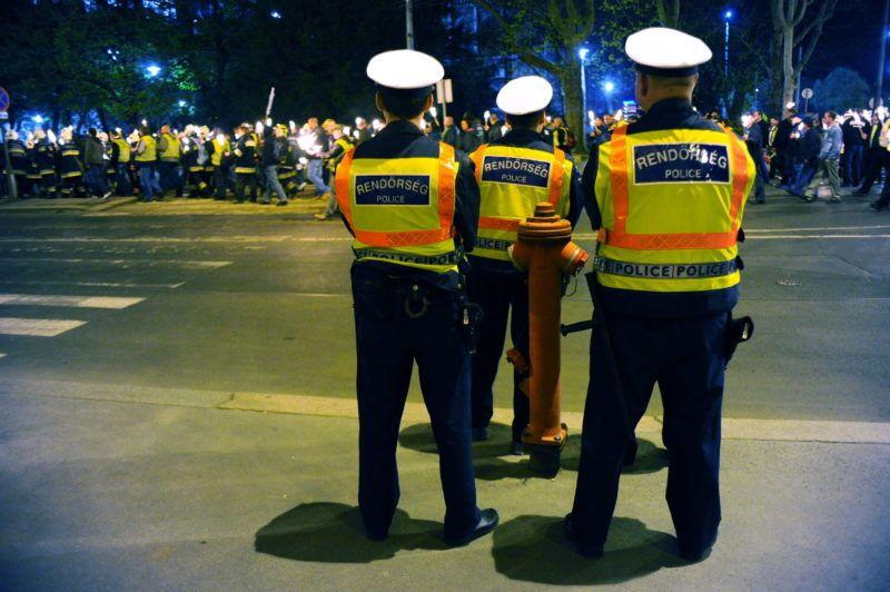 Budapest, 2011. április 16. Rendõrök biztosítják a tûzoltók fáklyás felvonulását a rendvédelmi dolgozók demonstrációján a Kossuth téren. A demonstrálók a korkedvezményes nyugdíjazásuk tervezett megvonása ellen, szerzett jogaik védelmében tüntetnek, valamint illetményemelést és korszerû munkaeszközöket követelnek. MTI Fotó: Lakatos Péter