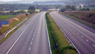 Zsámbék, 2013. június 16. Teljes útzár 2013. június 15-én este az M1-es autópálya 24-es kilométerénél, a Budapest felé tartó oldalon, ahol egy nyerges vontató és egy motoros összeütközött. A motoros súlyos sérüléseket szenvedett. MTI Fotó: Lakatos Péter