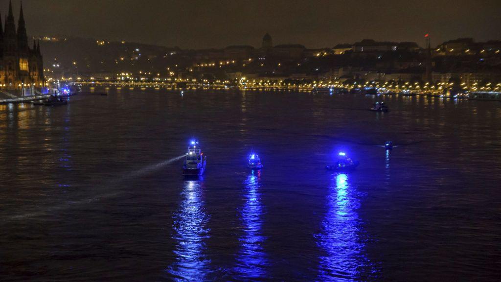 Budapest, 2019. május 30. Keresõhajók a Duna fõvárosi szakaszán, a Margit hídnál 2019. május 30-ra virradóan. Legalább heten meghaltak, amikor 29-én éjszaka egy nagyméretû luxushajó és egy turistahajó összeütközött a Dunán a Parlament közelében, majd az egyik, a Hableány felborult és elsüllyedt 33 dél-koreai turistával és a kéttagú magyar személyzettel a fedélzetén. MTI/Lakatos Péter