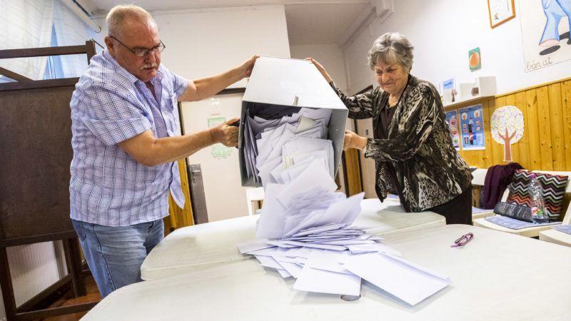 Budapest, 2019. május 26.A szavazatszámláló bizottság tagjai kiürítik az urnát és megkezdik a szavazatok számlálását a szavazóhelyiség bezárása után a budapesti Narancs Óvodában kialakított szavazókörben EP-választás napján, 2019. május 26-án.MTI/Mónus Márton