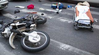 Budapest, 2012. december 7.Összeroncsolódott motorkerékpár a III. kerületi Kolosy téren, miután a motor személyautóval ütközött 2012. december 7-én. A kiérkező mentők életmentő beavatkozást hajtottak végre a motoroson, a 30 év körüli férfi kórházba szállítása után meghalt. A helyszínről egy hatvan év körüli férfit is kórházba vittek mellkasi és hasi sérülésekkel.MTI Fotó: Mohai Balázs