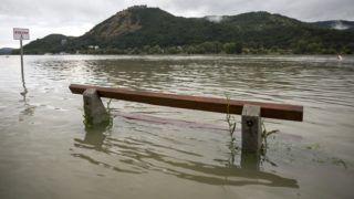 Nagymaros, 2016. július 17. Egy pad a Dunában Nagymarosnál 2016. július 16-án. Az elmúlt napokban lehullott, nagy mennyiségû csapadék miatt elsõfokú árvízvédelmi készültséget rendeltek el a Duna magyarországi felsõ szakaszán. MTI Fotó: Mohai Balázs