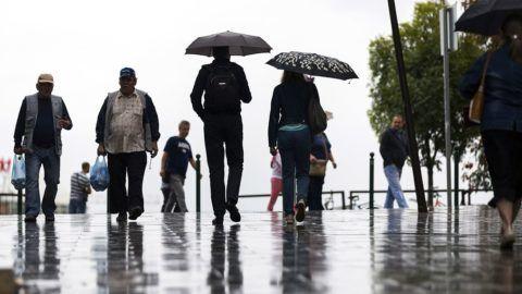 Budapest, 2018. augusztus 26.Járókelők az esőben a XII. kerületi Csaba utcában 2018. augusztus 26-án.MTI Fotó: Mohai Balázs