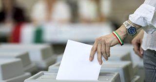 Budapest, 2019. május 26. Egy választó leadja szavazatát az európai parlamenti (EP) választáson a XI. kerületi Gazdagrét-Csíkihegyek Általános Iskolában kialakított 56-os szavazókörben 2019. május 26-án. MTI/Mohai Balázs