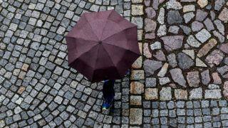 Drezda, 2019. május 15. Járókelõ sétál esernyõvel a kezében Drezdában 2019. május 15-én. A meteorológusok szerint a következõ napokban is folytatódik majd a 11 Celsius-fok körüli esõs idõjárás a térségben. MTI/EPA/Filip Singer