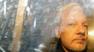 London, 2019. május 1. Házak képe tükrözõdik egy rabszállító autó ablakán, amely Julian Assange-ot,  a WikiLeaks oknyomozó internetes portál alapítóját viszi bírósági meghallgatása után Londonban 2019. május 1-jén. Assange-ot 50 heti börtönre ítélték, mert hét évvel korábban bírósági megjelenési kötelmét megszegte, és a további eljárás elõl Ecuador londoni nagykövetségére szökött. MTI/AP/Matt Dunham