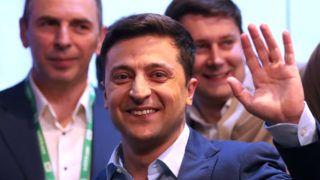 Kijev, 2019. április 22. Volodimir Zelenszkij ukrán humorista elnökjelölt ünnepel, miután megnyerte az ukrán elnökválasztás második fordulóját Kijevben 2019. április 21-én. Zelenszkij a szavazatok 73,2 százalékát szerezte meg, míg Petro Porosenko hivatalban lévõ államfõt a választók 25,3 százaléka támogatta. MTI/EPA/Taccjana Zenkovics