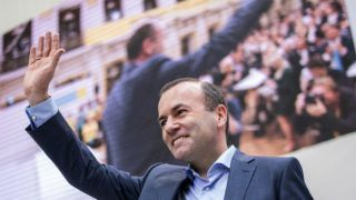 Bécs, 2019. május 4. Manfred Weber, az Európai Néppárt európai parlamenti frakcióvezetõje és csúcsjelöltje az európai parlamenti választásokra az Osztrák Néppárt (ÖVP) bécsi kampánynyitó gyûlésén 2019. május 4-én. MTI/EPA/Christian Bruna