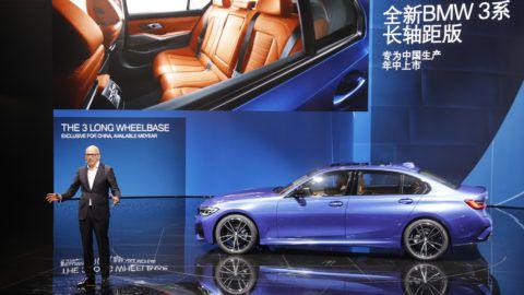 Sanghaj, 2019. április 16. Pieter Nota, a BMW AG igazgatótanácsának tagja, az értékesítési hálózatáért, globális marketingjéért és ügyfélszolgálati részlegeiért felelõs vezetõ a kínai piacra szánt, hosszított tengelytávú BMW 3-as bemutatóján a 18. Sanghaji Nemzetközi Autóipari Kiállítás nyitónapján, 2019. április 16-án. MTI/EPA/Vu Hong