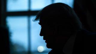 Washington, 2019. április 12. Donald Trump amerikai elnök második világháborús veteránokat és családjukat fogadja a washingtoni Fehér Ház Ovális irodájában 2019. április 11-én. MTI/EPA/Jim Lo Scalzo