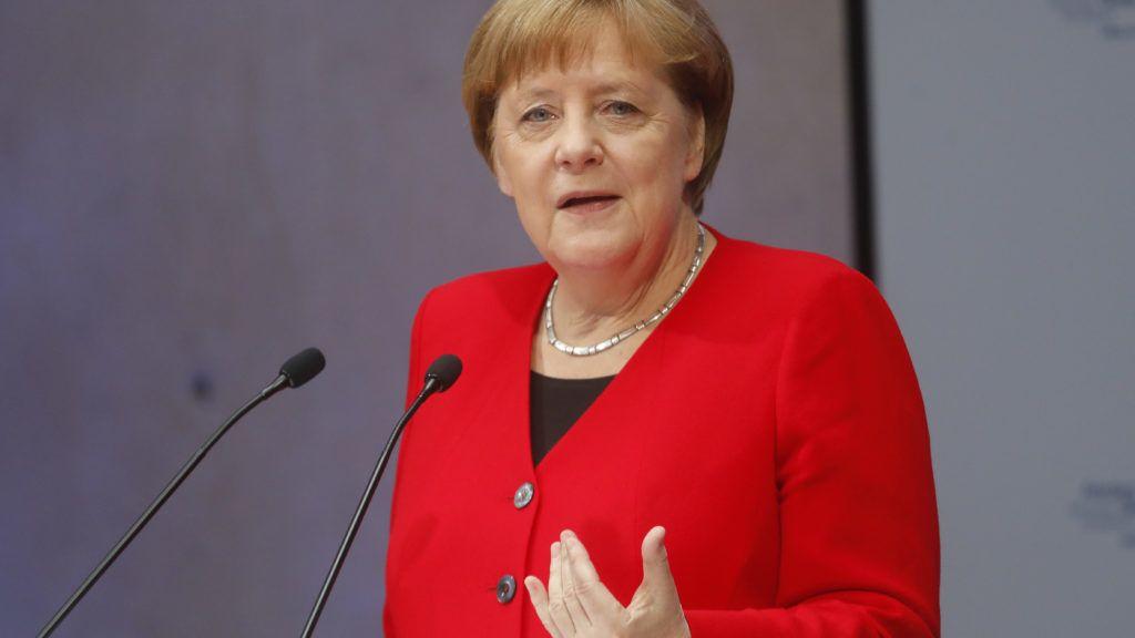Berlin, 2019. május 14. Angela Merkel német kancellár felszólal a tízedik alkalommal megrendezett Petersbergi Klímadialóguson Berlinben 2019. május 14-én. A Petersbergi Klímadialógus létrehozása Angela Merkel személyes kezdeményezése volt a 2009-es koppenhágai ENSZ-klímakonferencián. Célja azóta az ENSZ-klímacsúcsok elõkészítése, és az eltérõ érdekû tagországok közötti párbeszéd elõsegítése. MTI/EPA/POOL/GETTY/Michele Tantussi