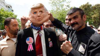Teherán, 2019. május 10. Az Egyesült Államok elleni tüntetés egyik résztvevõje Donald Trump amerikai elnök gúnymaszkját viseli Teheránban 2019. május 10-én. Haszan Róháni elnök május 8-án bejelentette, hogy Irán 60 napra felfüggeszti az atomalku két pontjának végrehajtását. Ezek értelmében Teherán nem folytatja nehézvíz- és dúsítotturán-tartalékának csökkentését. Kilátásba helyezte, hogy az iszlám köztársaság hatvan nap múlva felújítja az urándúsítással kapcsolatos munkálatait, ha a szerzõdés többi résztvevõje nem teljesíti vállalt kötelezettségeit. MTI/EPA/Abedin Taherkenareh