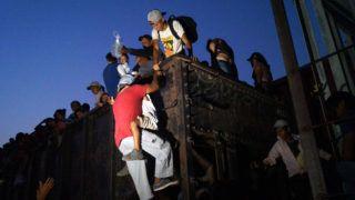 Arriaga, 2019. április 26. Közép-amerikai migránsok kapaszkodnak fel az Egyesült Államokba tartó tehervonatok egyikére a Chiapas mexikói állambeli Arriaga településen 2019. április 25-én. Donald Trump amerikai elnök a napokban közölte, hogy húszezer fõs migránskaraván közeledik délrõl az amerikai határhoz, ezért még több katonát vezényel a mexikói határra. MTI/EPA/EFE/Carlos Lopez