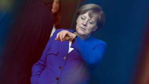 Berlin, 2019. április 29. Angela Merkel német kancellár a Nyugat-Balkán-konferenciára érkezõ vendégeket várja a berlini kancellári hivatal elõtt 2019. április 29-én. A tanácskozást Merkel és Emmanuel Macron francia elnök meghívására tartják a nyugat-balkáni országok vezetõi. MTI/EPA/Filip Singer