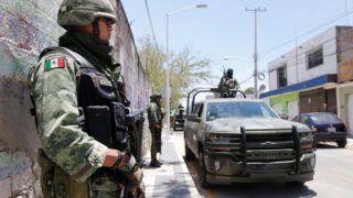 Guadalajara, 2019. május 13. Mexikói katonák biztosítják a helyszínt, ahol harmincöt elhantolt holttestre bukkantak három rejtett sírban a mexikói nyomozóhatóságok az ország második legnagyobb városában, Guadalajarában 2019. május 12-én. A hatóságok 27 holtestet találtak egy ingatlan területén Guadalajara Zapopan nevû elõvárosában. Hét tetemet találtak ugyanott egy másik rejtett sírban, és még egyet a várostól délnyugatra lévõ Tlajomulco településen. A sírok feltárása még nem ért véget, ezért nem kizárt, hogy újabb holttestekre bukkannak. MTI/EPA/EFE/Francisco Guasco