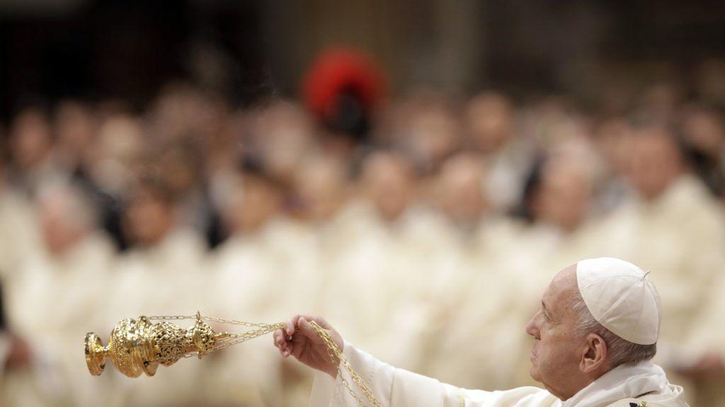 Vatikánváros, 2019. május 12. Ferenc pápa füstölõvel a kezében a vatikáni Szent Péter-bazilikában tartott papszentelési szertartáson 2019. május 12-én. A rómaik katolikus egyházfõ tízenkilenc új katolikus papot szentelt fel. MTI/AP/Alessandra Tarantino