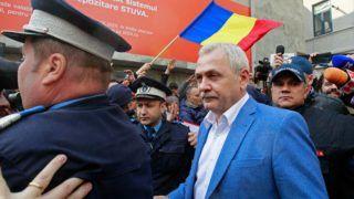 Bukarest, 2019. április 15. Rendõrök kíséretében távozik Liviu Dragnea, a kormányzó román Szociáldemokrata Párt, a PSD és a parlamenti alsóház elnöke (k) második korrupciós perének fellebbviteli tárgyalásáról Bukarestben 2019. április 15-én. A román legfelsõbb bíróság öttagú bírói tanácsa május 20-ra napolta el a tárgyalást a védelem kérésére. A PSD elnökét 2018 júniusában három és fél év letöltendõ börtönbüntetésre ítélte hivatali visszaélésre való felbujtásért a román legfelsõbb bíróság, elrendelve korábbi felfüggesztett ítélete letöltését. MTI/EPA/Robert Ghement